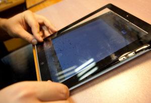 Жидкокристаллический экран на телефоне сломался сделают ли его если он гарантии