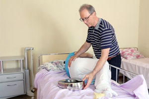 Положено ли пожилому человеку памперс