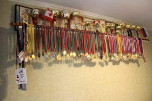 Как развесить медали в комнате